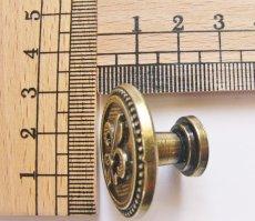 画像2: 「即納F」取っ手:百合の紋章 径30mm(丸形ボタン、アンティークゴールド)/35g (2)