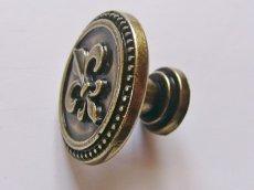 画像5: 「即納F」取っ手:百合の紋章 径30mm(丸形ボタン、アンティークゴールド)/35g (5)
