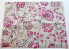 画像2: 「即納J」はぎれ70×48:ペルゼ風花柄(ベージュベース、ピンク)/105g (2)