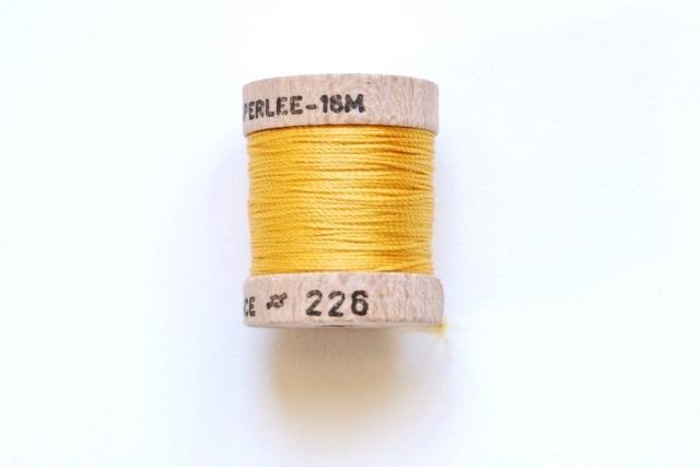画像1: 「移動中」絹糸:AU VER A SOIE (色番号226:イエロー)16m /30g (1)