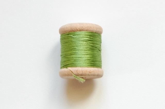 画像1: 「移動中」絹糸:AU VER A SOIE (色番号659:アニスグリーン)16m /30g (1)